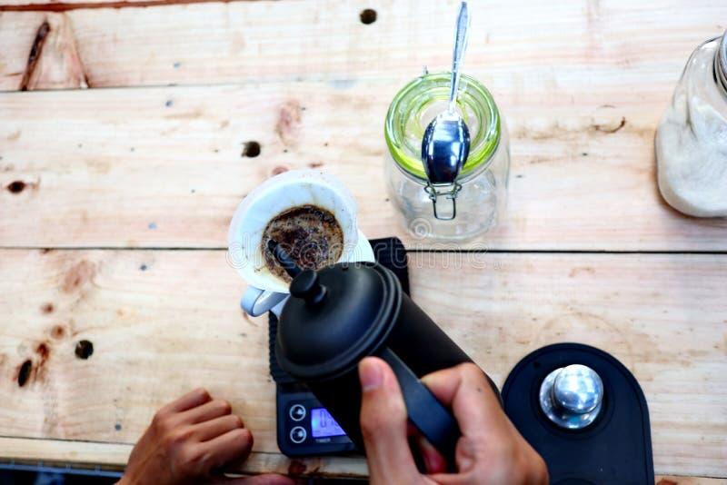Café que prepara, paso a paso imagenes de archivo