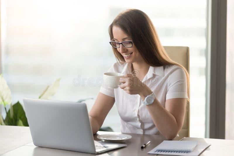 Café que vigoriza de consumición sonriente du de la empresaria atractiva fotos de archivo libres de regalías