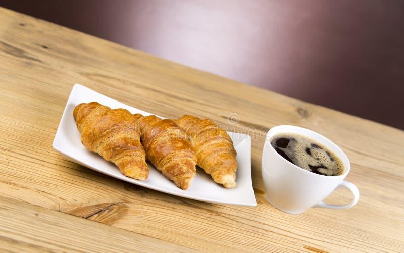 Café quente com croissant imagem de stock