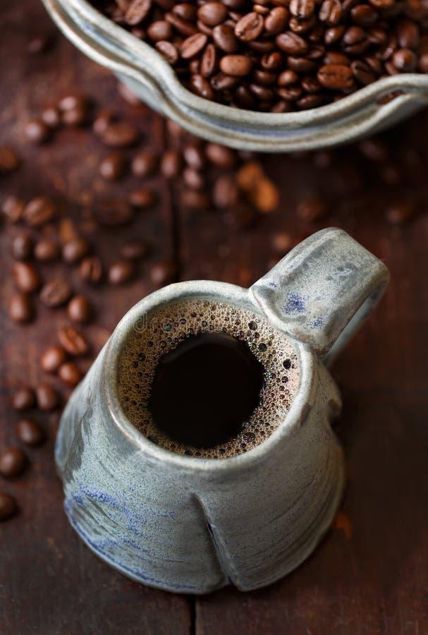 Café quente com feijões inteiros fotografia de stock