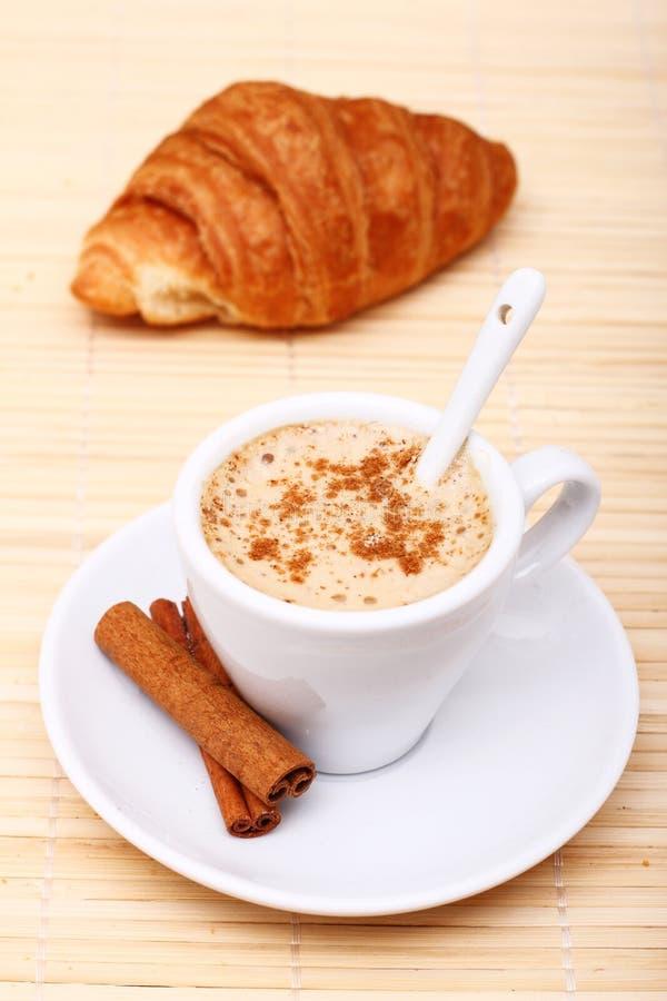 Café quente com varas de canela foto de stock royalty free