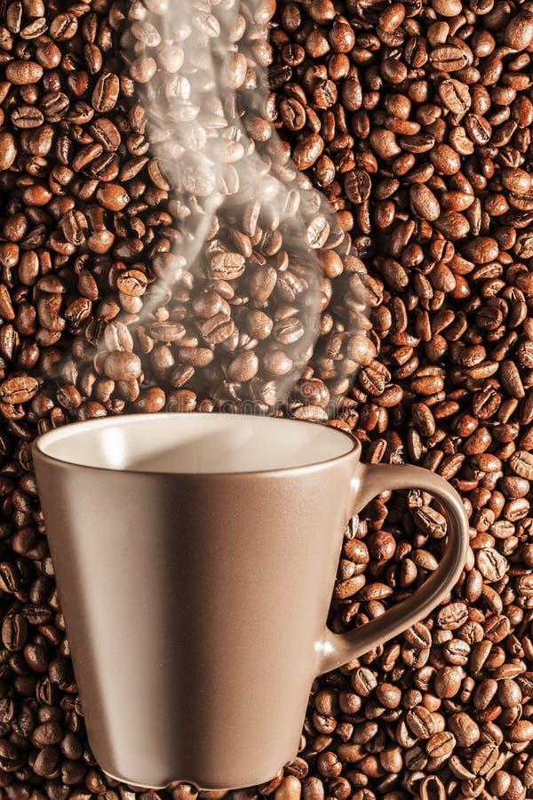 Café quente cozinhando delicioso nos feijões 2 fotografia de stock royalty free
