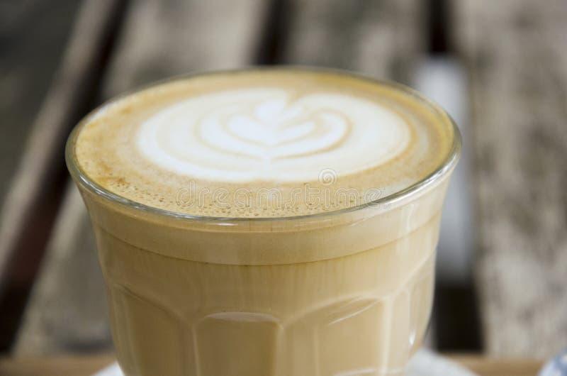 Café quente da arte do Latte na tabela de madeira no coffeeshop e no restaurante fotografia de stock royalty free