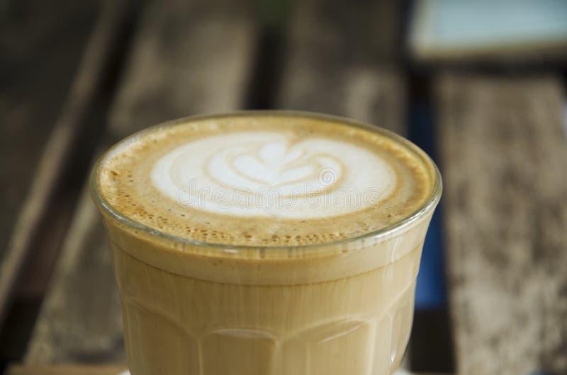 Café quente da arte do Latte na tabela de madeira no coffeeshop e no restaurante imagem de stock royalty free