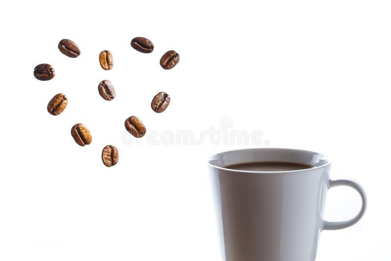 Café quente delicioso com coração dos feijões imagens de stock royalty free