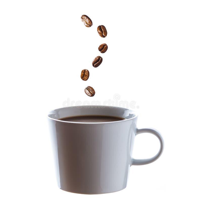 Café quente delicioso com os feijões para o vapor 1 imagem de stock royalty free