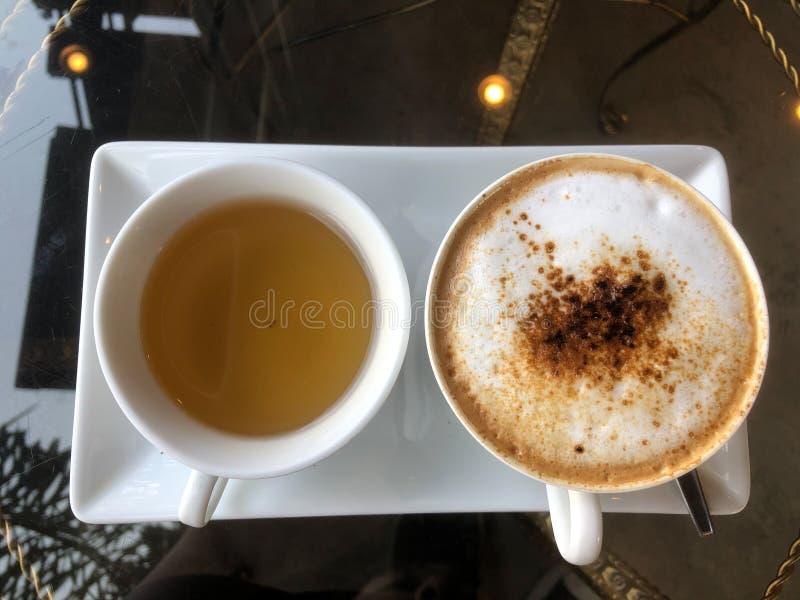 Café quente do cappuccino e chá quente foto de stock
