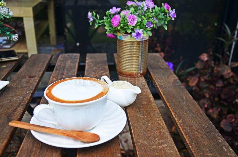 Café quente do Latte na tabela fotografia de stock