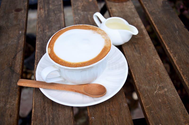 Café quente do Latte na tabela imagens de stock