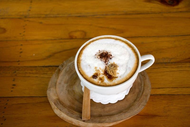 Café quente do Latte na tabela de madeira no coffeeshop e no restaurante fotos de stock royalty free