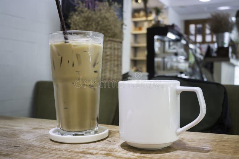 Café quente e café congelado na tabela de madeira fotos de stock