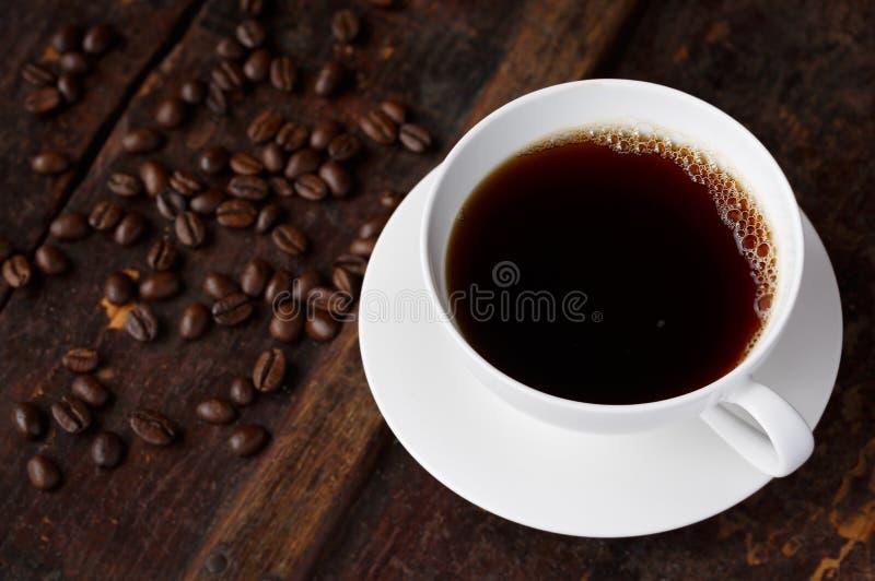 Café quente fresco com feijões Roasted imagens de stock