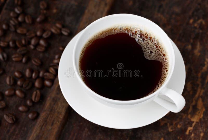 Café quente fresco com feijões Roasted foto de stock royalty free