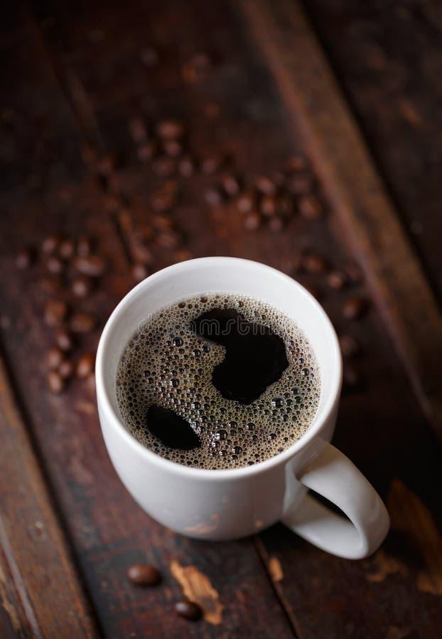 Café quente fresco com feijões Roasted foto de stock