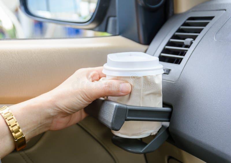 Café quente a ir no suporte de copo em um carro imagem de stock royalty free