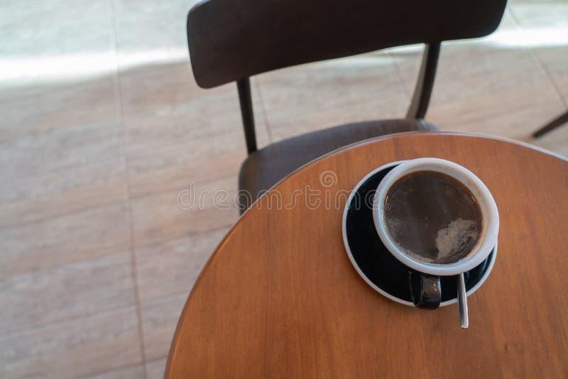 Café quente na tabela de madeira fotos de stock royalty free