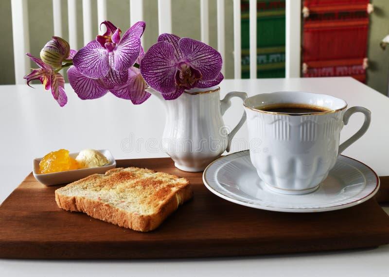 Café quente no copo branco com brinde foto de stock royalty free