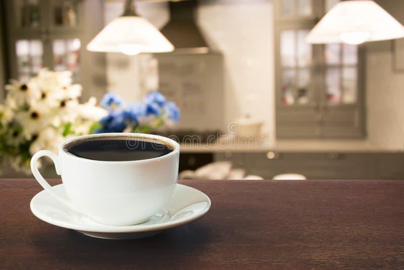 Café quente no tabletop na cozinha moderna imagem de stock royalty free