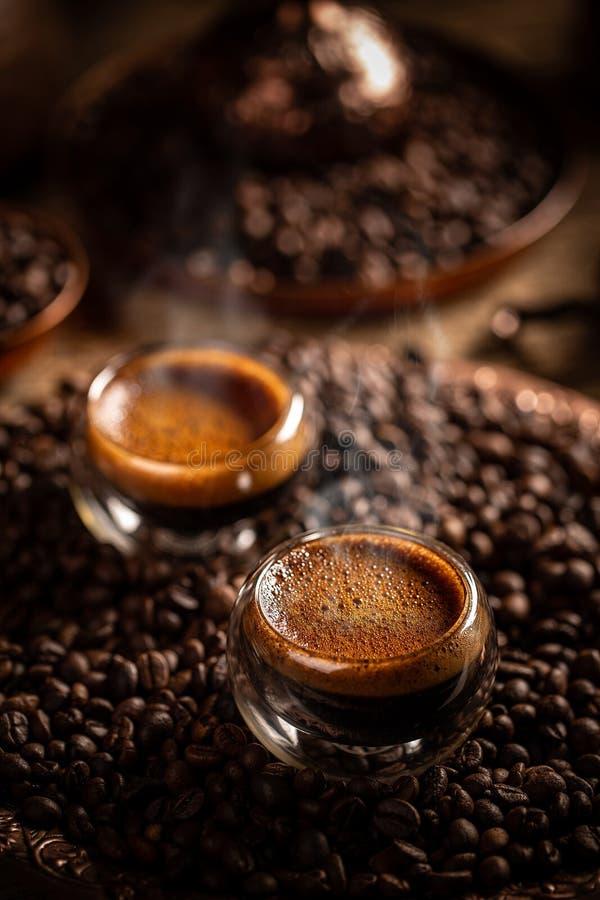 Café quente num copo imagens de stock