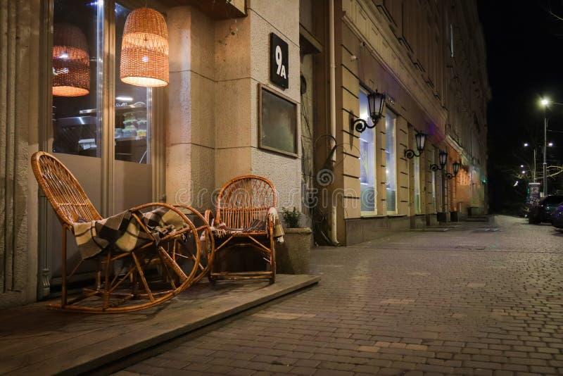 Café rústico de la acera con las tablas de madera foto de archivo