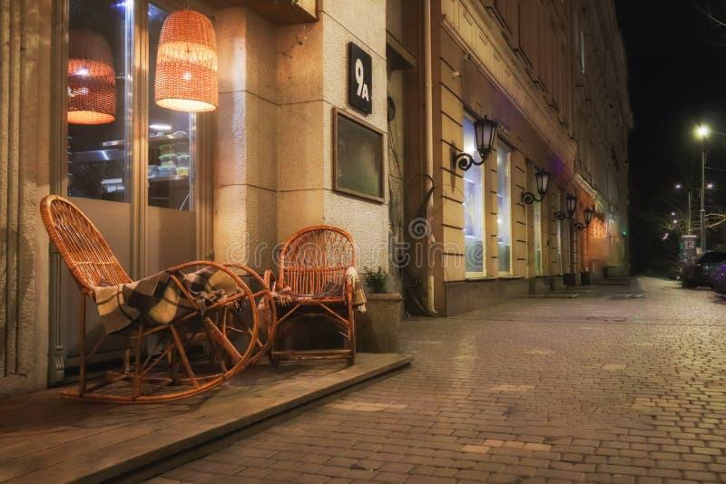 Café rústico de la acera con las tablas de madera fotos de archivo