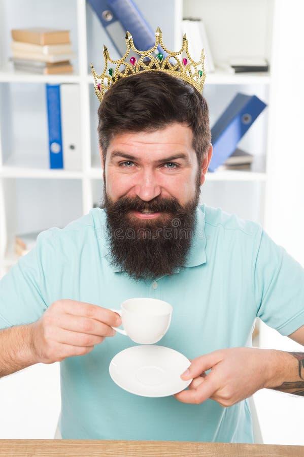 Café real Rei do café Homem de negócios na coroa do ouro Café feliz da bebida do homem Local de trabalho do chefe Homem farpado n foto de stock