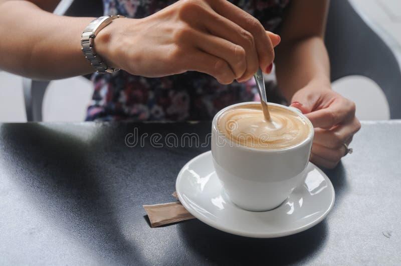 Café recentemente fabricado cerveja do cappuccino do branco da agitação do assistente fotografia de stock royalty free