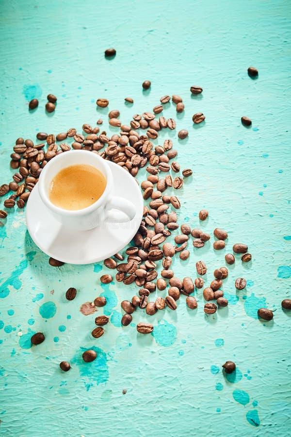 Café recentemente fabricado cerveja do café com feijões roasted imagens de stock