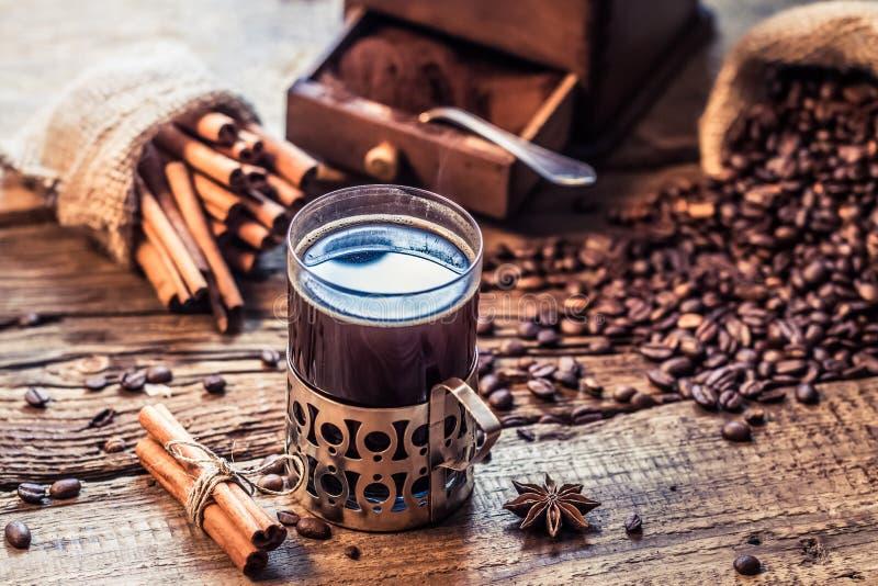 Café recientemente preparado con el olor del canela foto de archivo