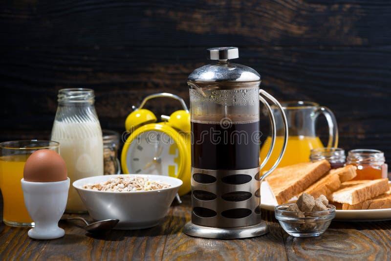 café recientemente preparado y un surtido de comidas de desayuno imagen de archivo