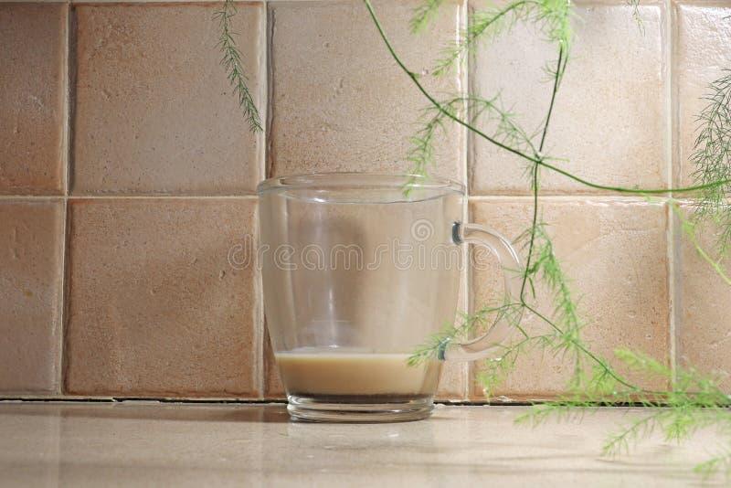 Café restante em um copo de vidro imagens de stock