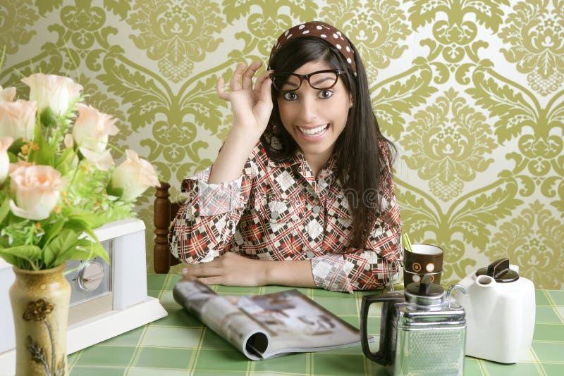 Café retro da cozinha da mulher do café com compartimento imagem de stock