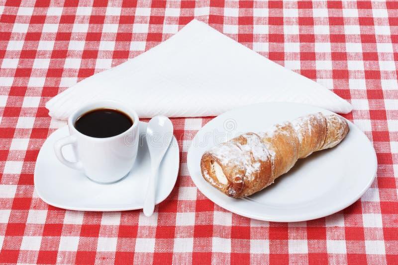 Café, rollos con el mantel poner crema foto de archivo libre de regalías