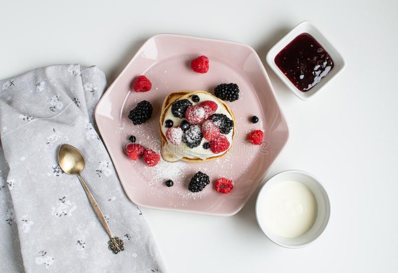 Café rose en pastel de baies de crème sure de plat de crêpes faites maison image libre de droits
