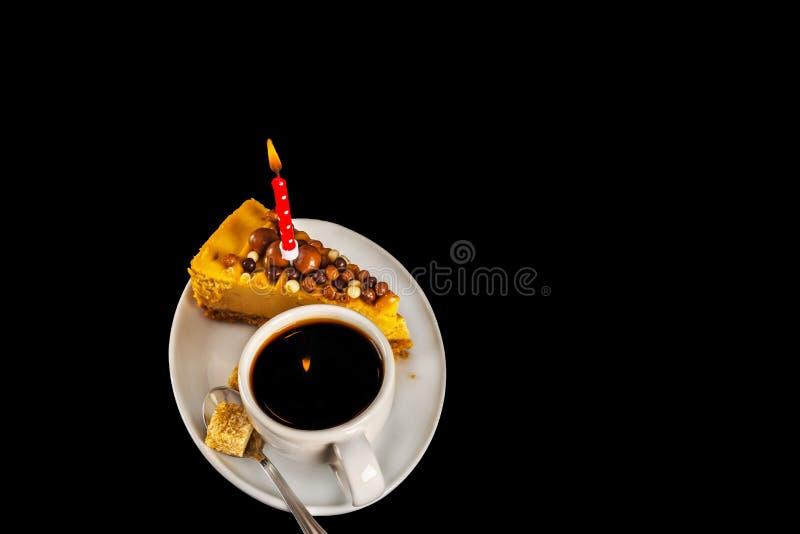 Café sólo aromático en la taza blanca con el pastel de queso en el sauc blanco imagenes de archivo