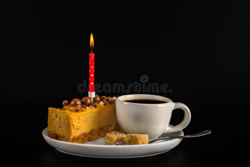Café sólo aromático en la taza blanca con el pastel de queso en el sauc blanco fotos de archivo