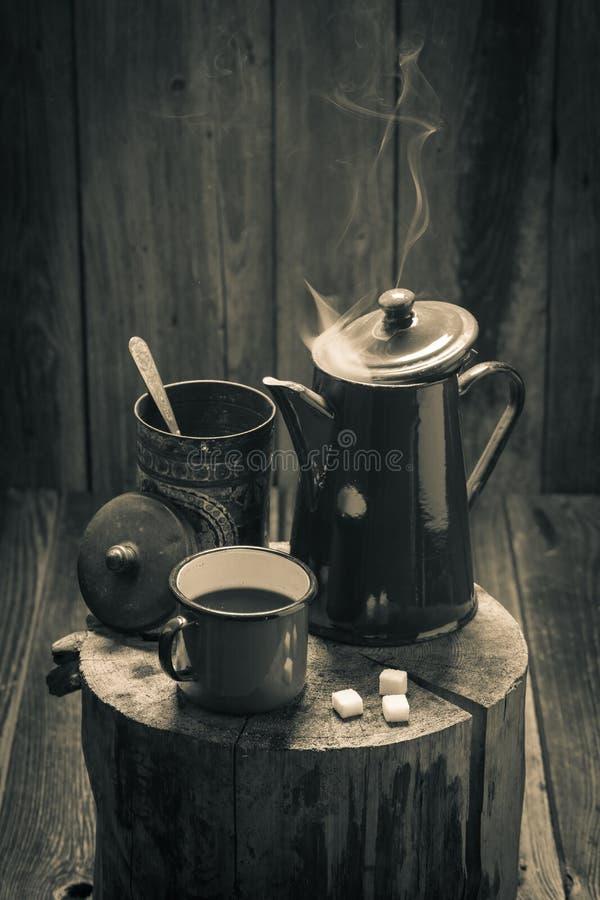 Café sólo caliente en tocón de madera del vintage foto de archivo libre de regalías
