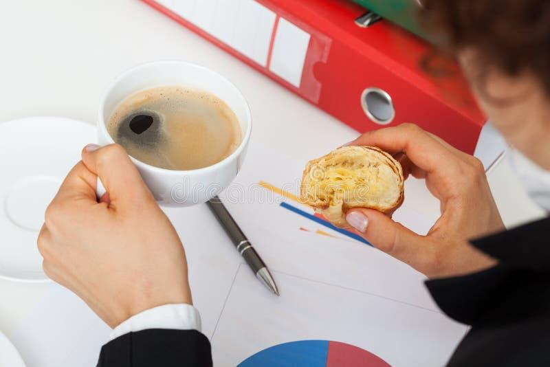 Café sólo en el trabajo imágenes de archivo libres de regalías