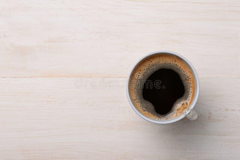 Café sólo en taza plástica en la tabla de madera blanca fotografía de archivo
