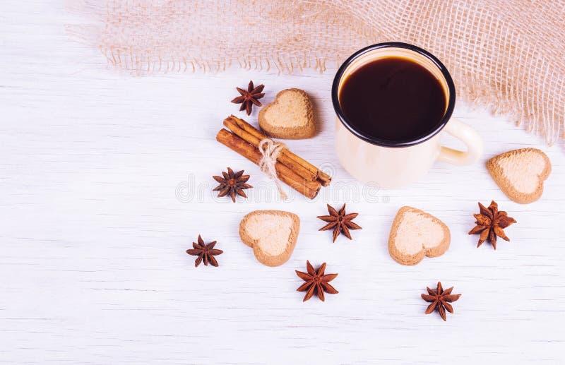 Café sólo fragante en una taza del hierro Bebida del café con las especias fotografía de archivo libre de regalías