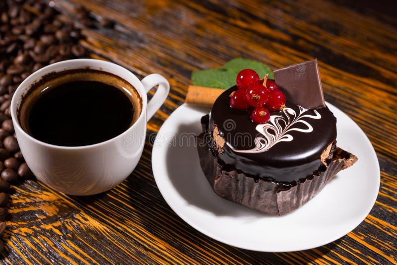 Café sólo fresco en taza por la magdalena del chocolate imágenes de archivo libres de regalías