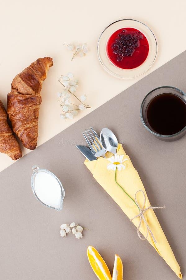 Café sólo, leche, cruasanes, atasco y fruta fresca en una luz y imágenes de archivo libres de regalías
