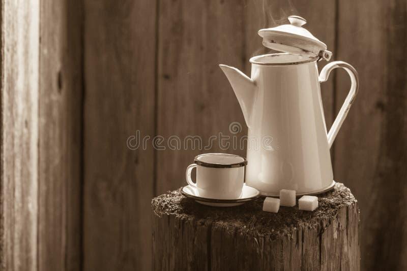Café sólo recientemente molido en pote del vintage fotos de archivo libres de regalías