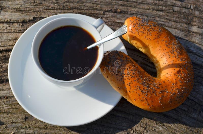 Café sólo y cruasán de la mañana foto de archivo libre de regalías