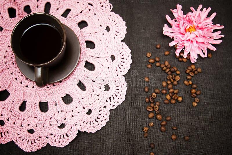 Café sólo y magdalenas en una servilleta a cielo abierto rosada imágenes de archivo libres de regalías