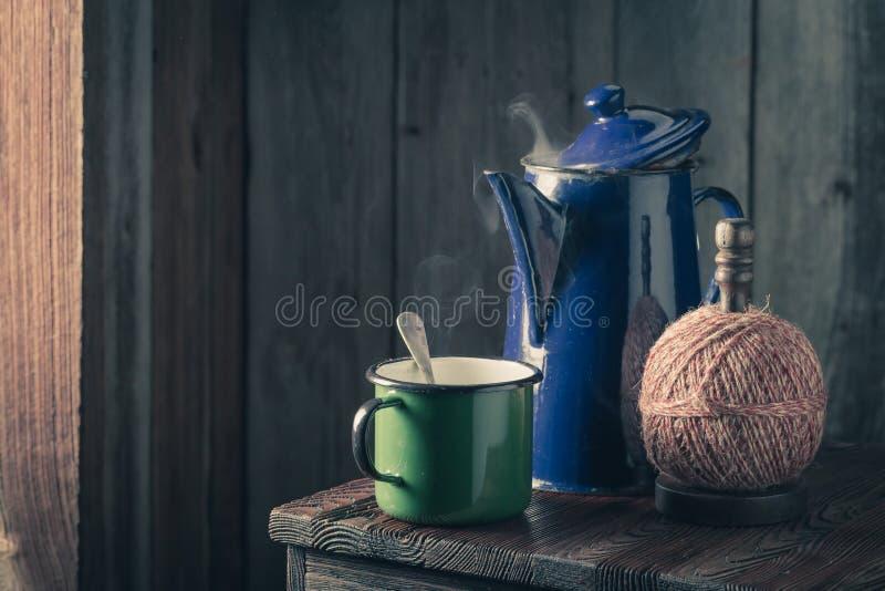 Café sólo y pote calientes del azul del vintage fotos de archivo