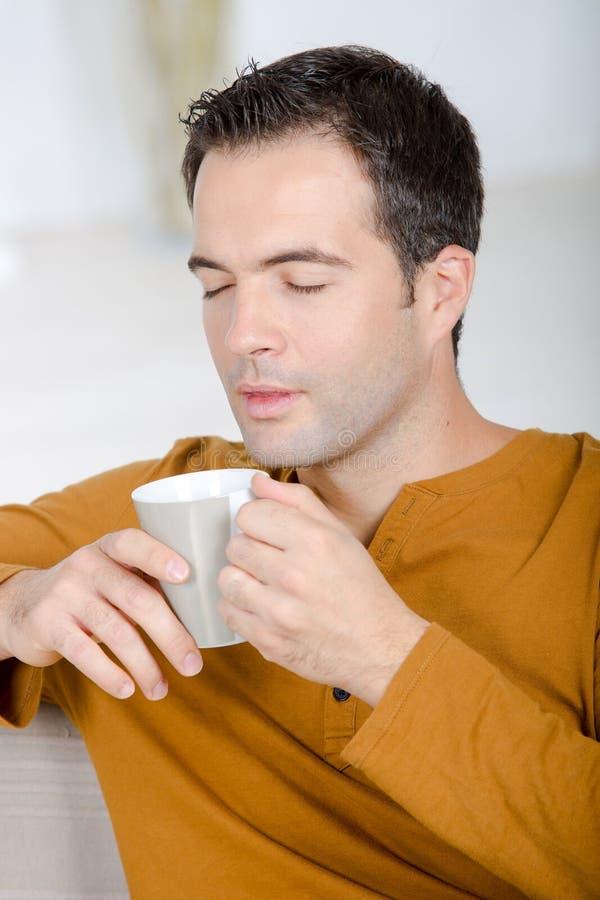 Café savouring de tasse d'arome d'homme d'une cinquantaine d'années photographie stock libre de droits