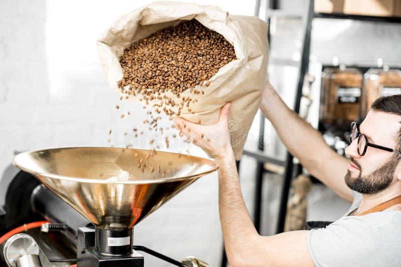Café se renversant dans la machine de rôtissoire image stock