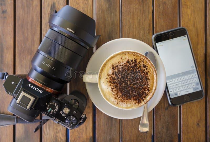 Café, smartphone y cámara imagenes de archivo