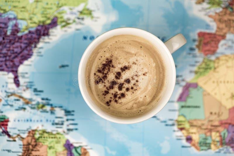 Café sobre mapa del mundo fotografía de archivo libre de regalías